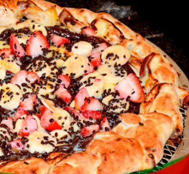 Pizza de Brigadeiro e Frutas
